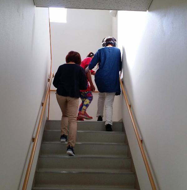 階段を上がる受講生