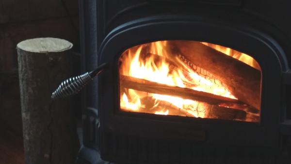 暖炉の中で薪が燃えている