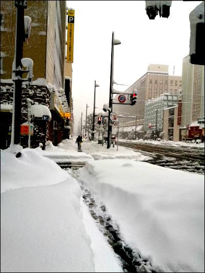 雪が積もった市街地