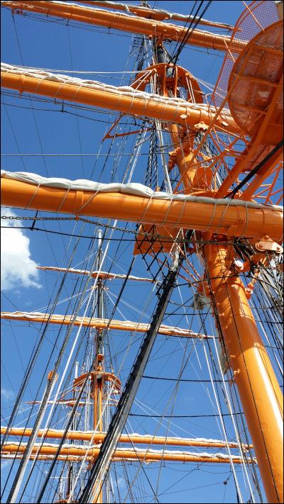 帆船の帆柱の向こうに青空