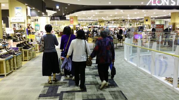 ショッピングモールを歩くメンバー