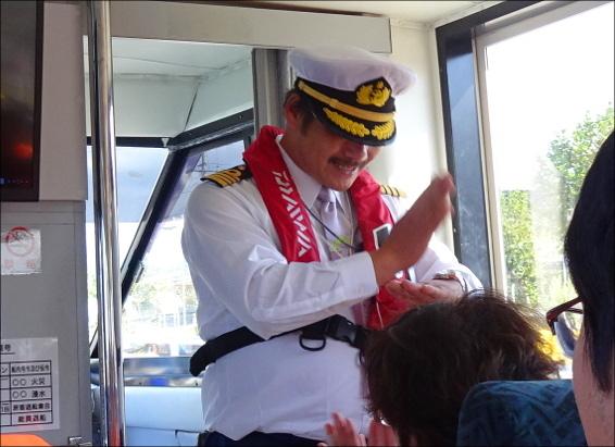 手話で挨拶する船長さん