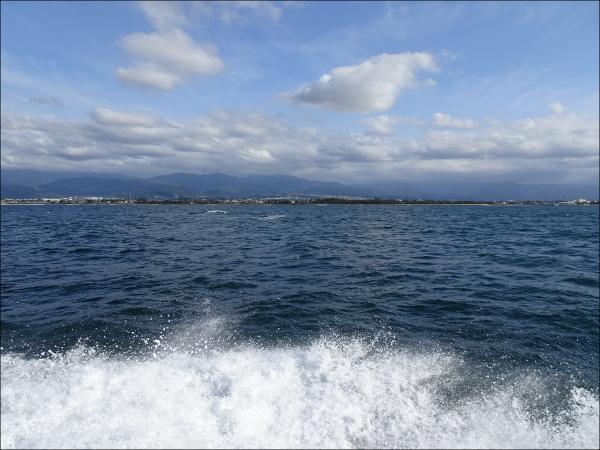 高い波の向こうに海岸線