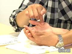 手のひらに文字を書いて言葉を伝える「手書き文字」
