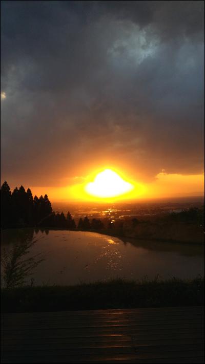 池の向こうに夕日が沈む